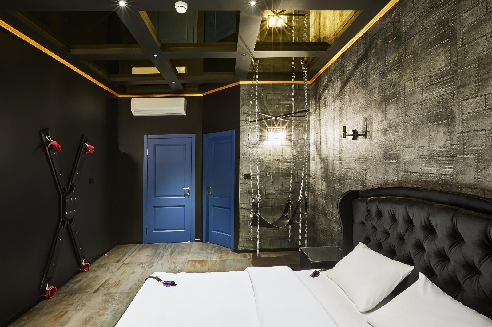 חדר במלון גראף בראשון לציון מיטה נדנדה מכשיר קשירה ודלתות כחולות