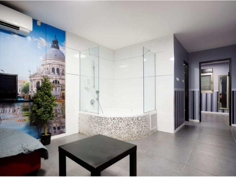 חדר לפי שעה מפנק בירושלים שולחן מרובע שחור,מיטה ומקלחון